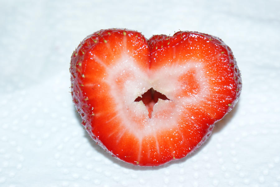 Strawberry_Heart_by_Lalebu.jpg