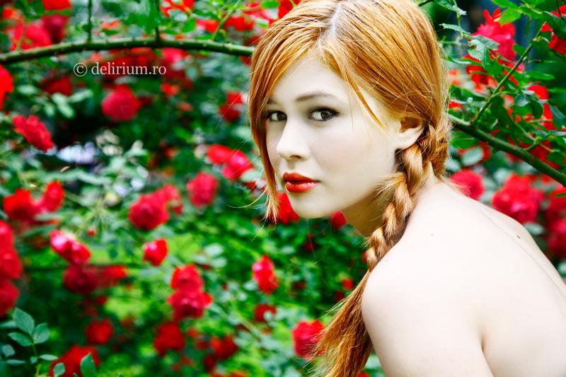 Описание: Немного рыжая девушка с красивыми голубыми глазами.
