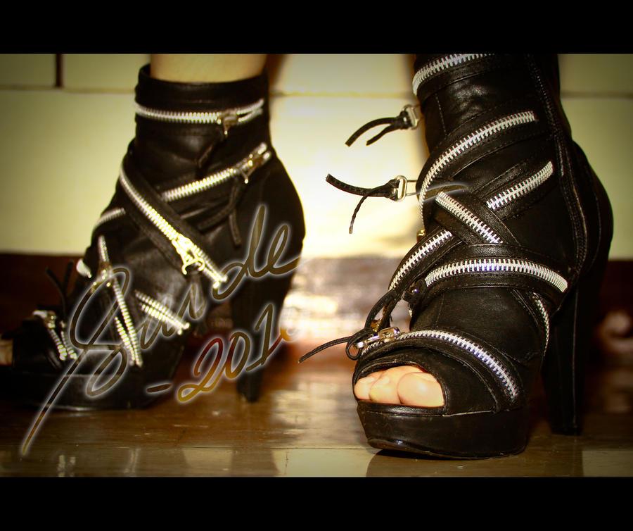 Spotlight - feet by mitsuri