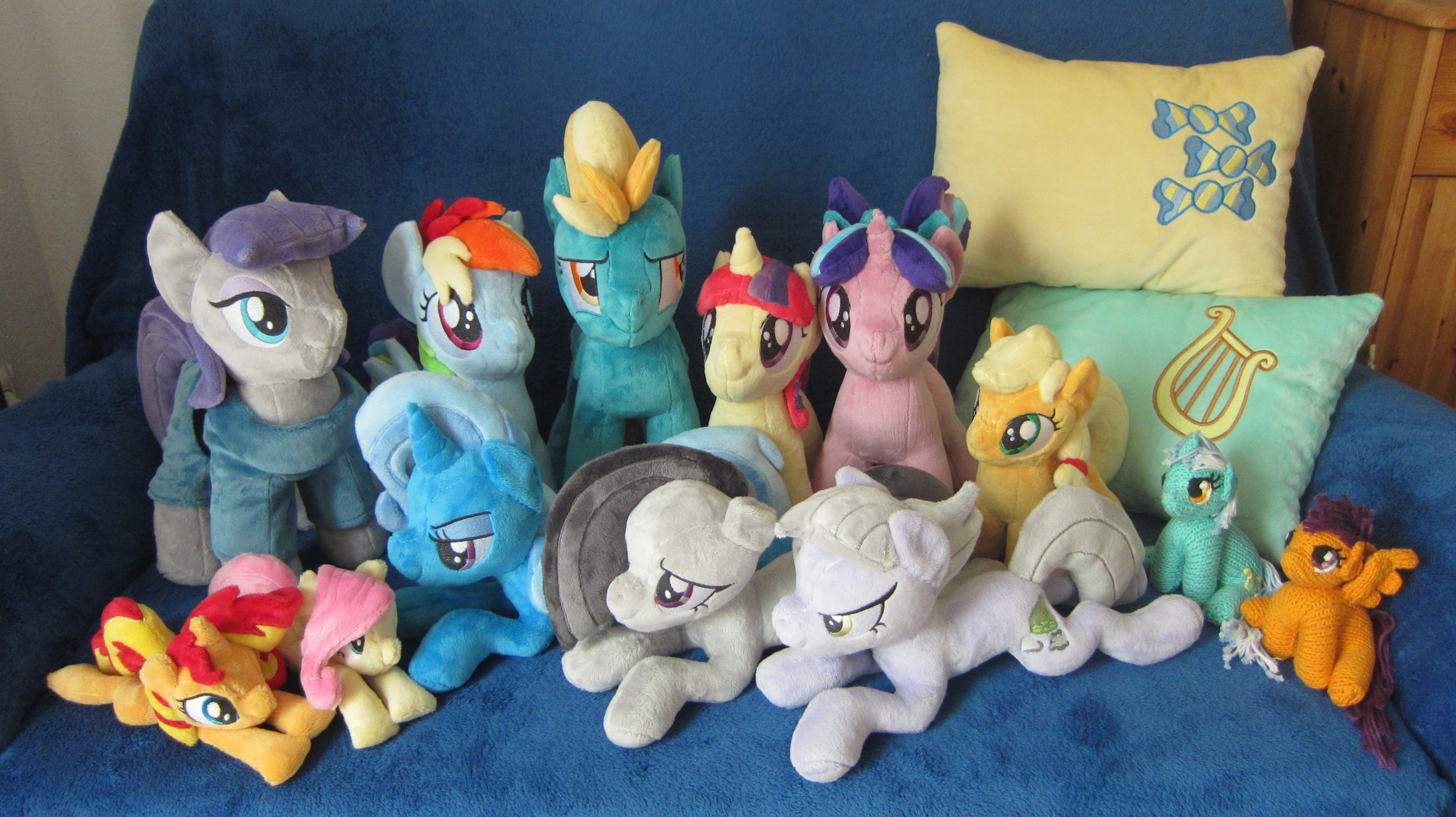 [Bild: all_plushies_for_galacon_2017_by_haselwo...bhm9a6.jpg]