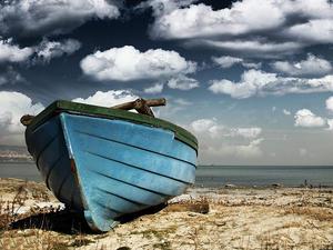 Lonely boat by jordanrusev