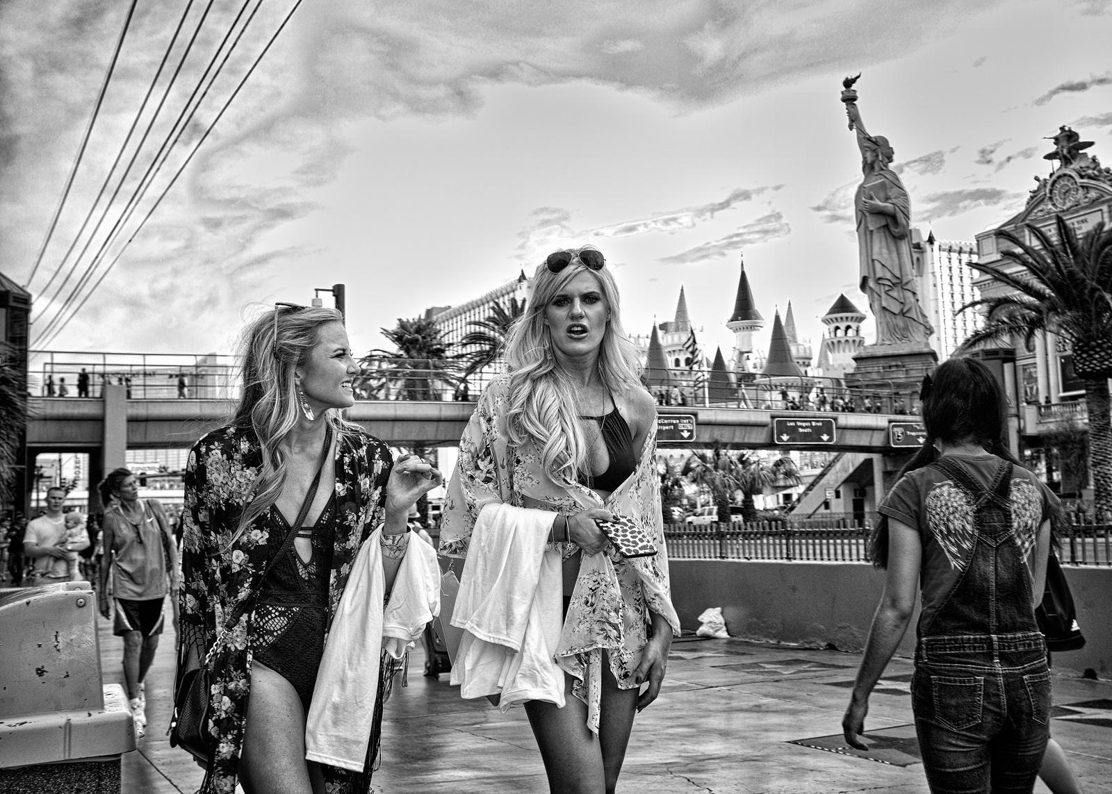 Las Vegas Girls by PatrickMonnier