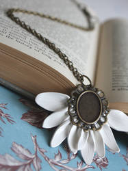 .Elegant Daisy Necklace. by Lii-chan