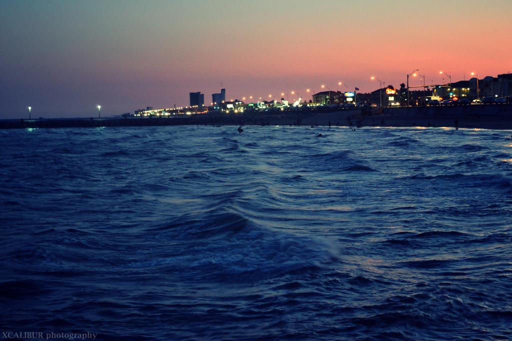 ocean waves by Savaliste