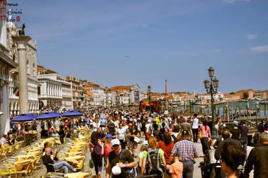 Venice - tourists crowd by lailalta