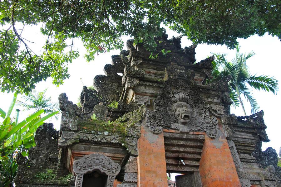 Bali Temple by carolchiu