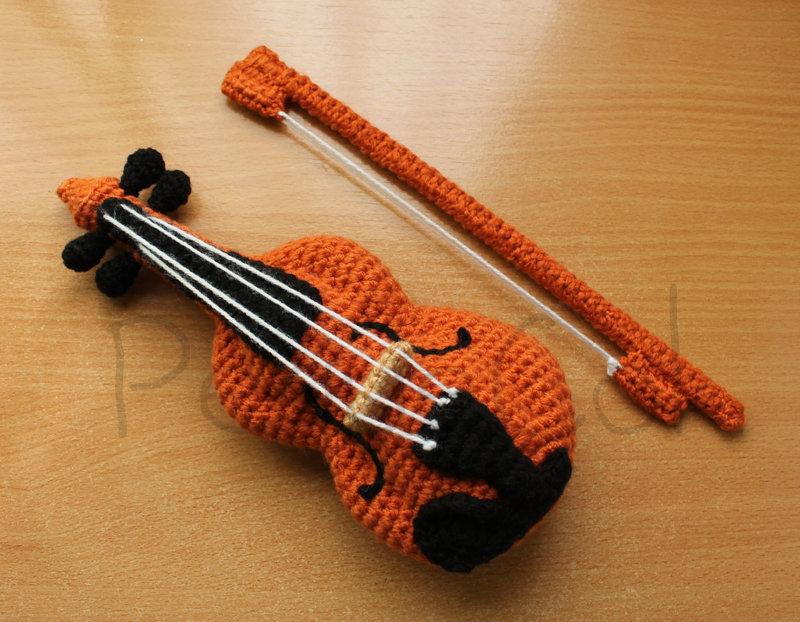 Violin Amigurumi by PequeCol