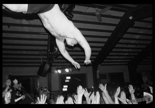 saltando desde el escenario en pleno concierto