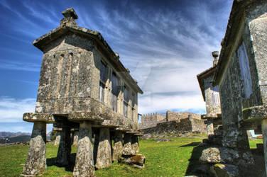 Lindoso granaries and the castle
