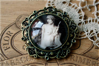 Nude - retro pendant by cacheedanslaforet