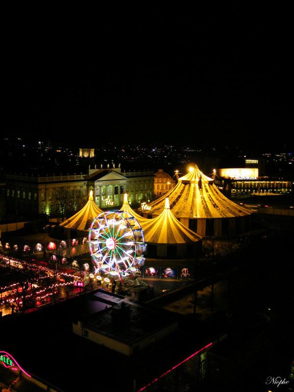 Christmas circus by Niophee