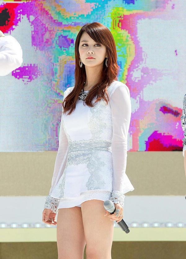 wanita korea pakai celana pendek   korean girl by