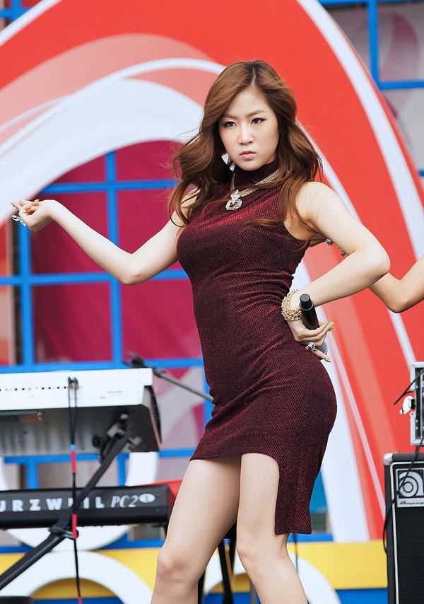sbs girlband   wanita korea pakai rok mini by