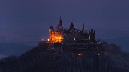 Burgenrot in Winterabendblau