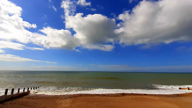 white clouds and green sea250521a