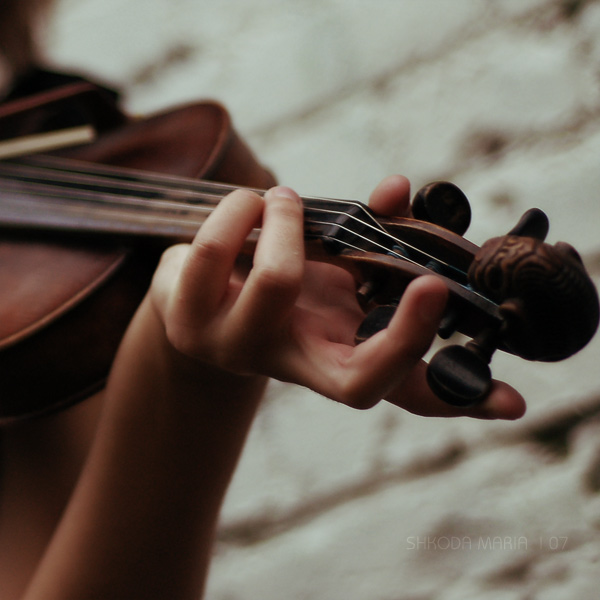 لـــــــم أعـــــد أحتمـــل..... ؟؟!! violin_1_by_MotyPest