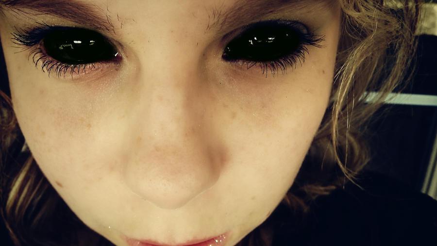 Как на фото сделать черные глаза как у демона