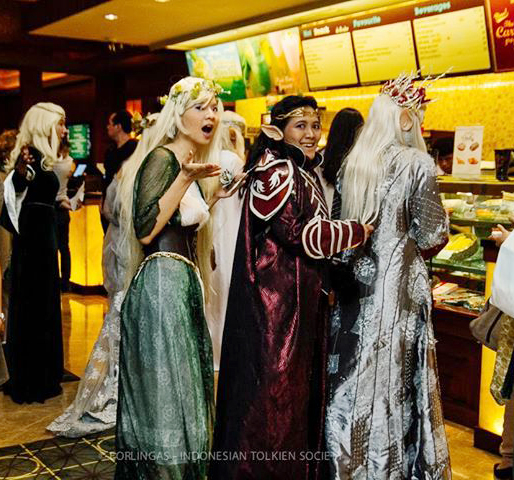 Elves in queue by seawaterwitch