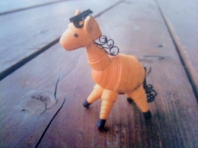 Объемная игрушка квиллинг-лошадь, которая стоит на 4 ногах