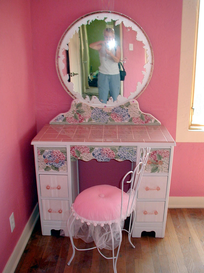 little girl 39 s vanity by elljaye on deviantart. Black Bedroom Furniture Sets. Home Design Ideas