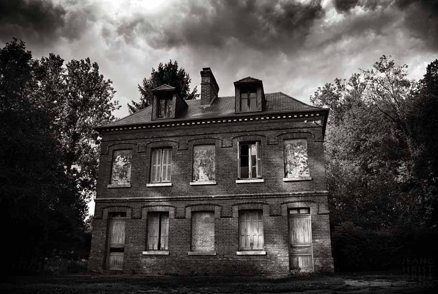 Haunted manor.. by Azram