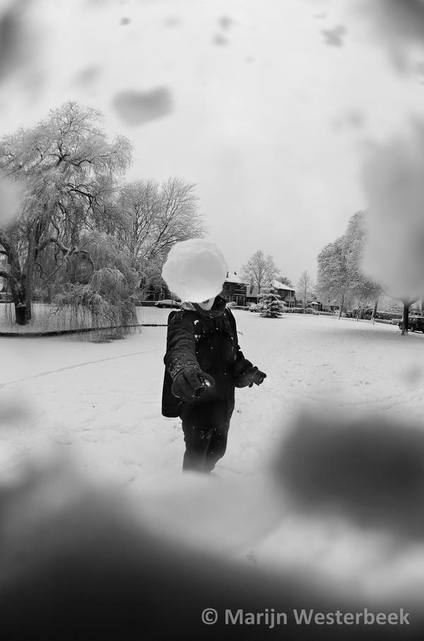 http://fc08.deviantart.net/fs70/i/2010/353/f/f/snowball_fight_pov_by_citruspers-d356uzh.jpg