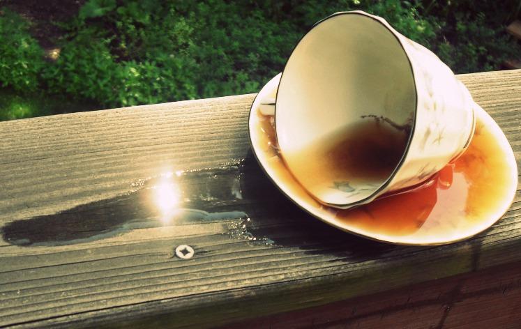 К чему разливать чай на стол