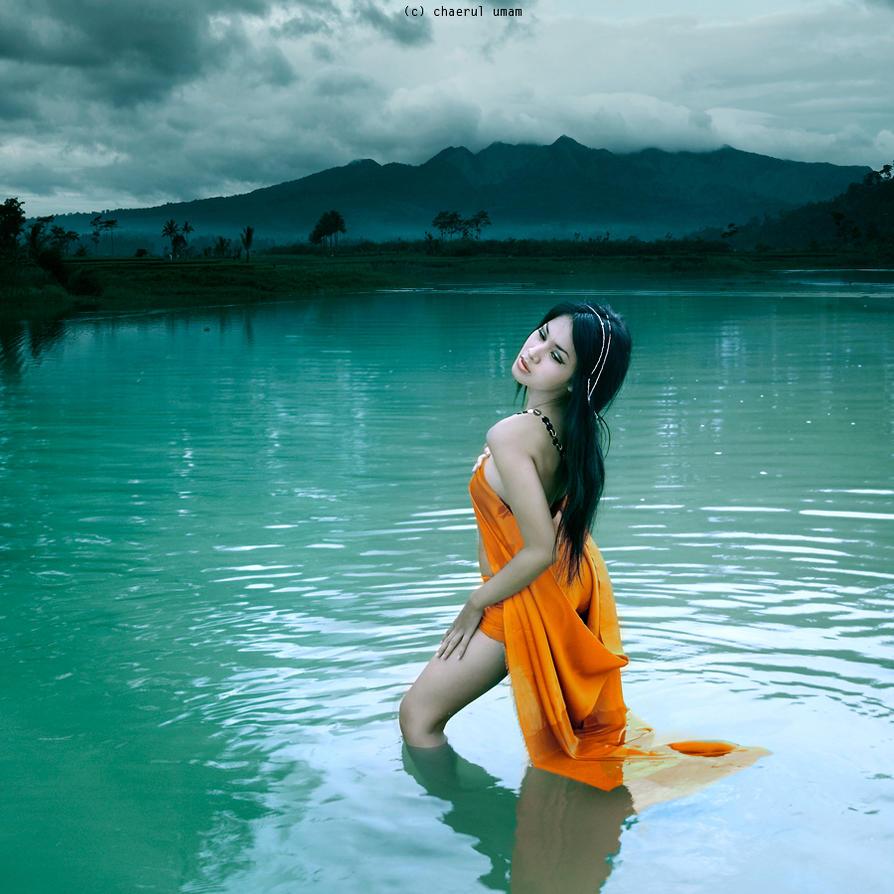 девушка стоящая в море