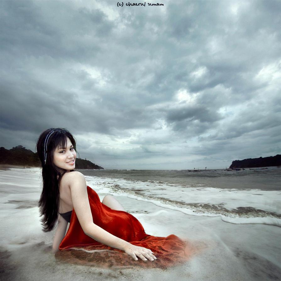 девушка и брызни моря