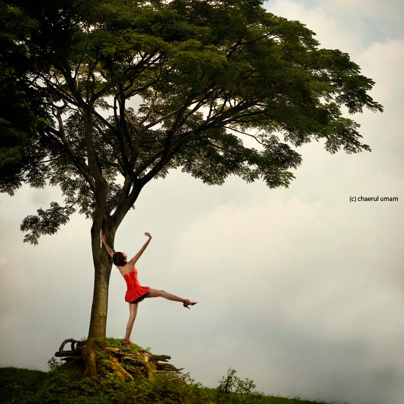 танцующая девушка под деревом