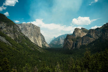 Yosemite Valley by guessimdoinfine