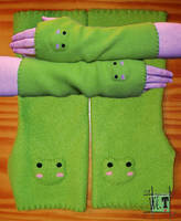 Froggy 'arm warmers' by Worren