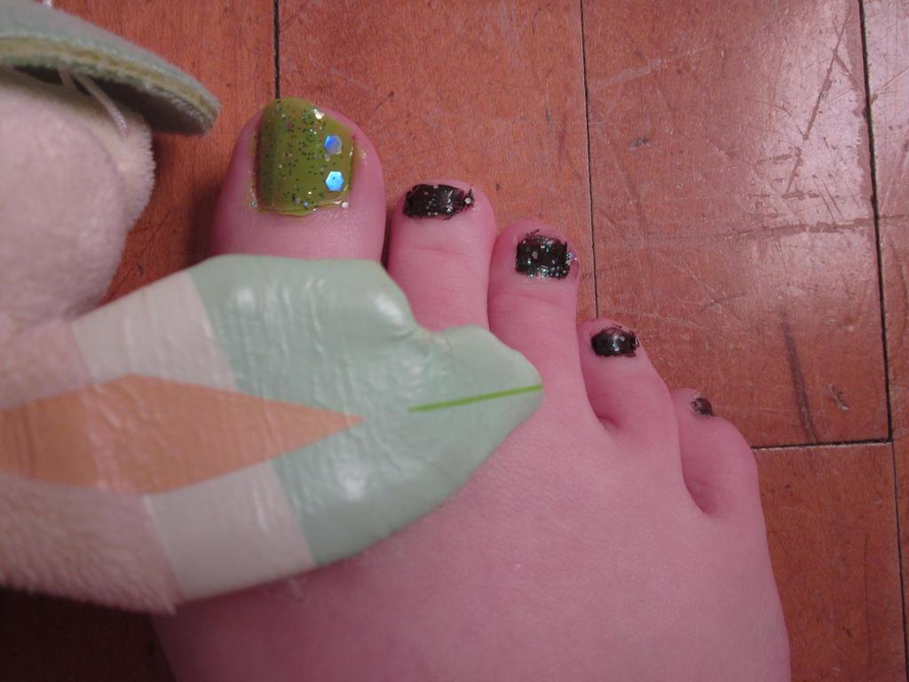 Leafeon Toe Nail Art by tay-bear