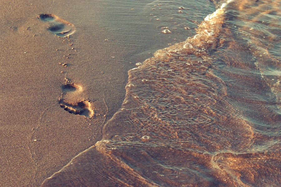 Footprints in the sand by DshaLie
