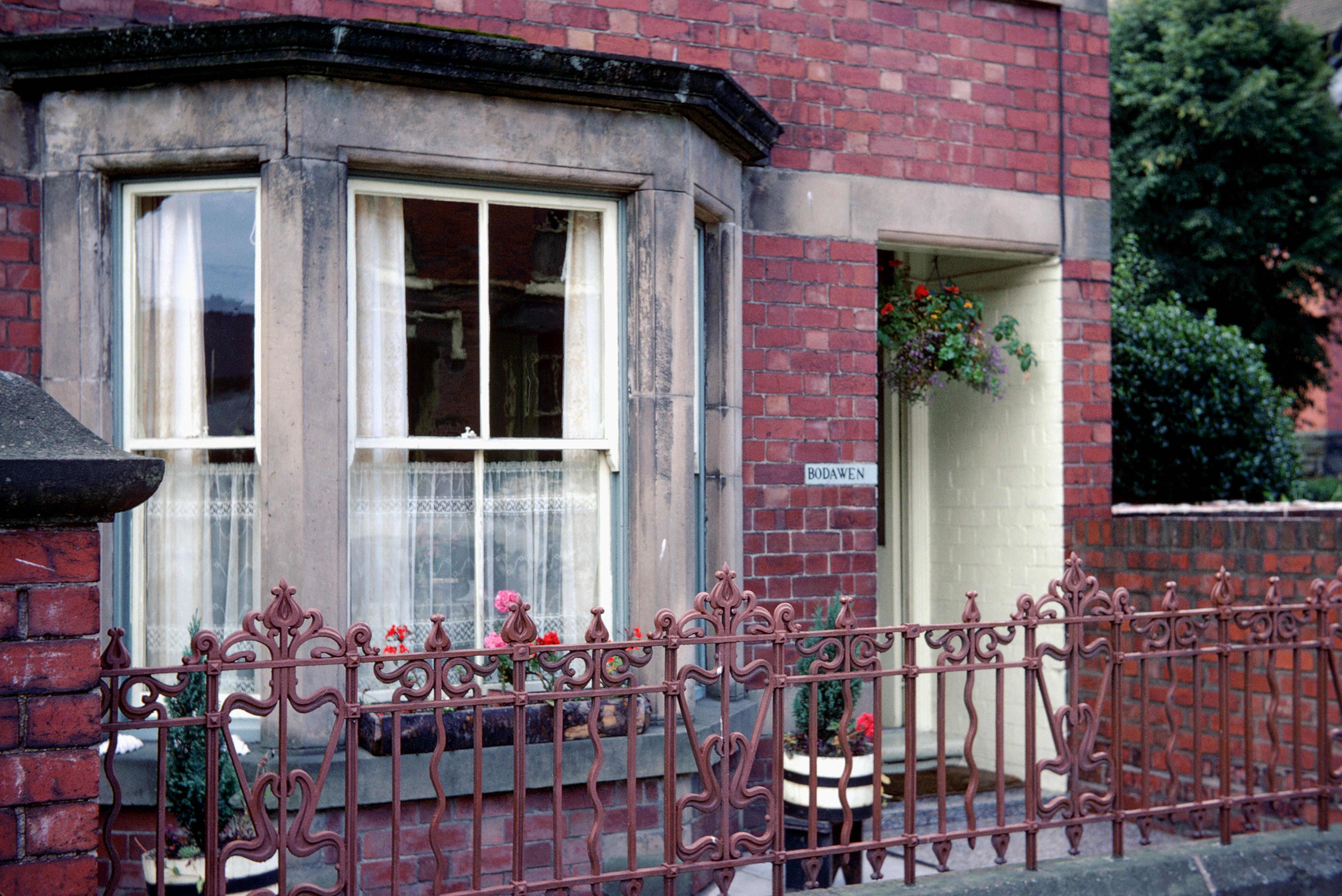 Facade de maison avec bow window by dar belkarrazi on for Maison avec bow window