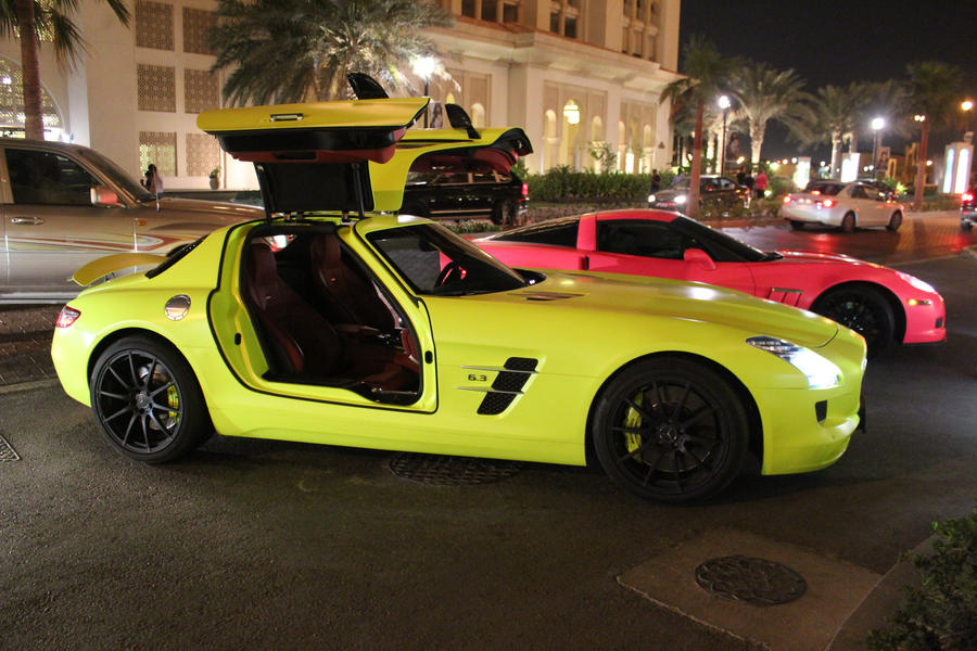 fluorescent_yellow_mercedes_sls_by_ramyk-d5110an.jpg