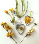 Flower necklaces made with resin