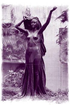 Statue violet