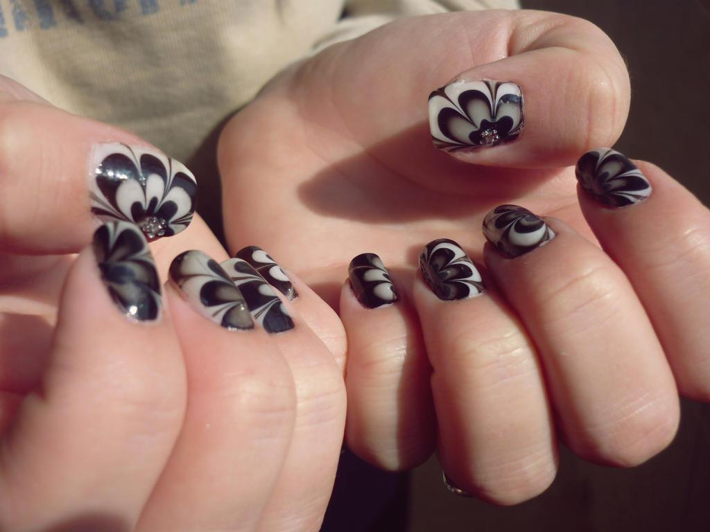 Nail arts Black__n_White_by_Skit_tles