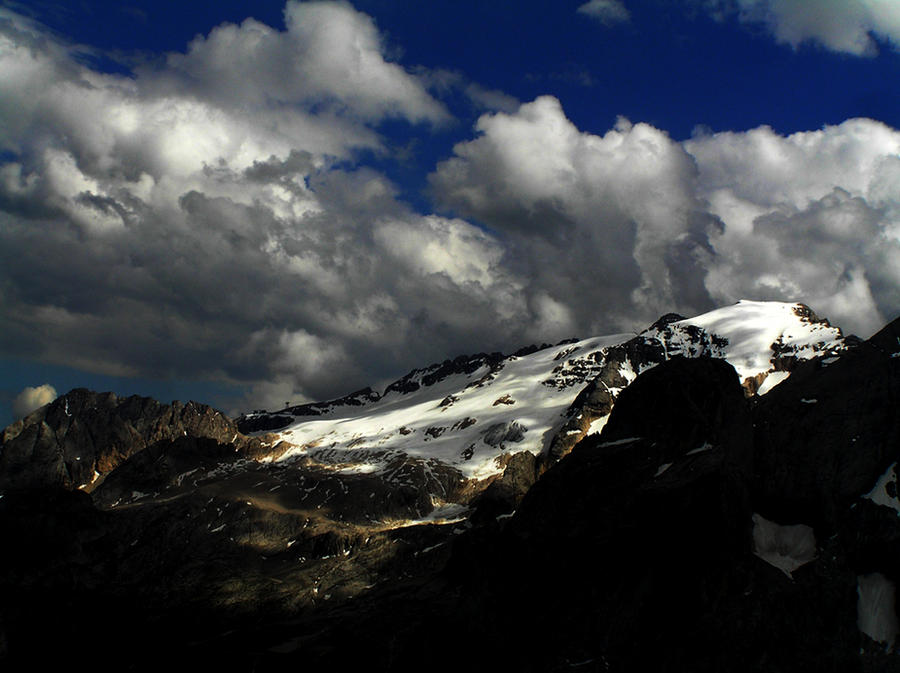 Clouds over the glacier by edelweiss26