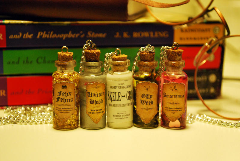 https://img00.deviantart.net/7652/i/2012/014/b/9/harry_potter_bottle_necklaces_by_11faced-d4mdu22.jpg