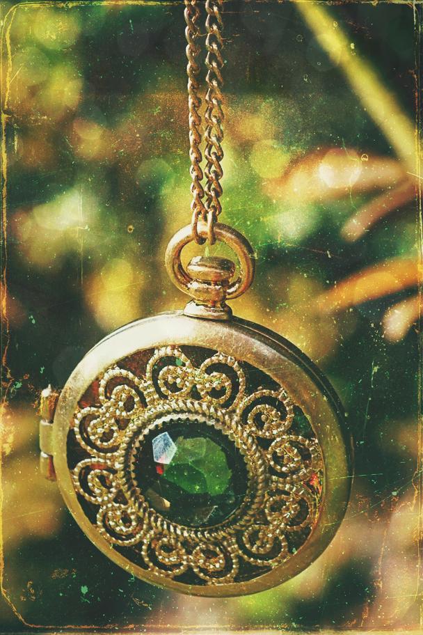 Golden necklace by CielleLaRuna