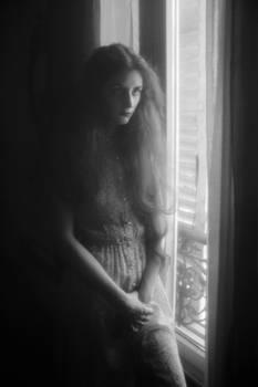 Lizzie portrait devant une fenetre