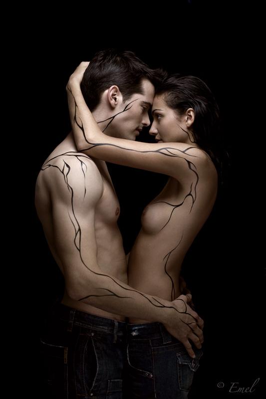 даже обнаженное тело девушки обнимают друг друга нашем