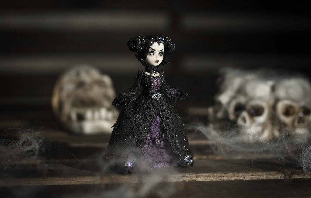Dark lady by Noellepage