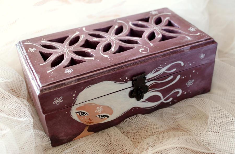 Wooden box by lestoilesdaz