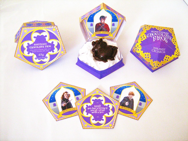 Atelier de Fabrication de Chocogrenouilles Honeydukes_chocolate_frog_box__with_matching_cards_by_gaddia-d54ipqu