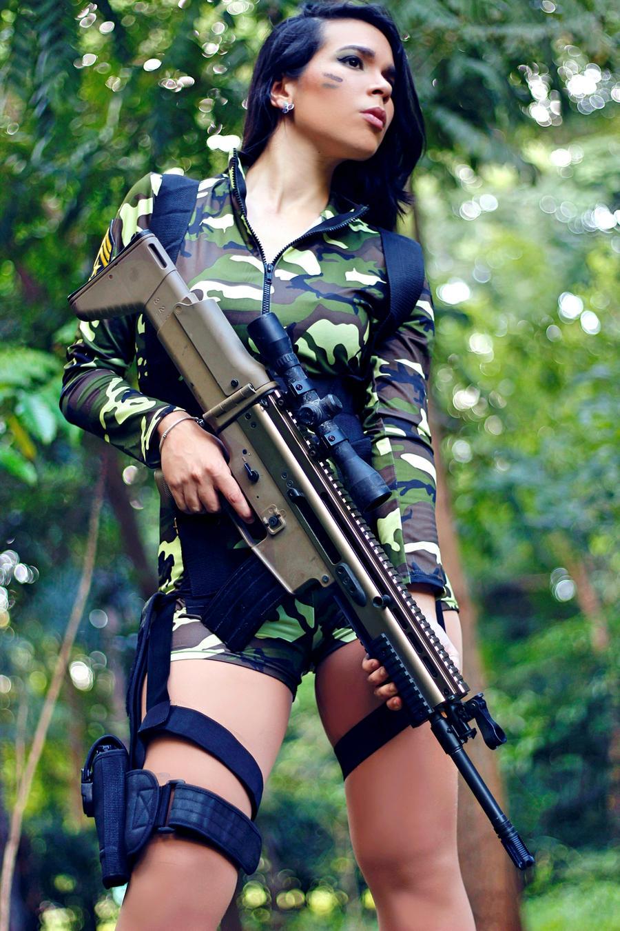 фото девушек брюнеток с оружием в военной форме позе раком, трахается