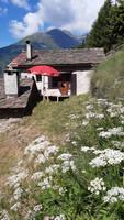 una piccola baita sulle Alpi