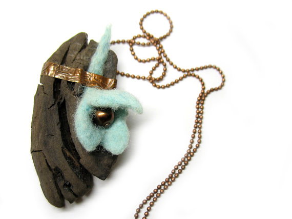 Driftwood necklace with felt flower by Amaltheea